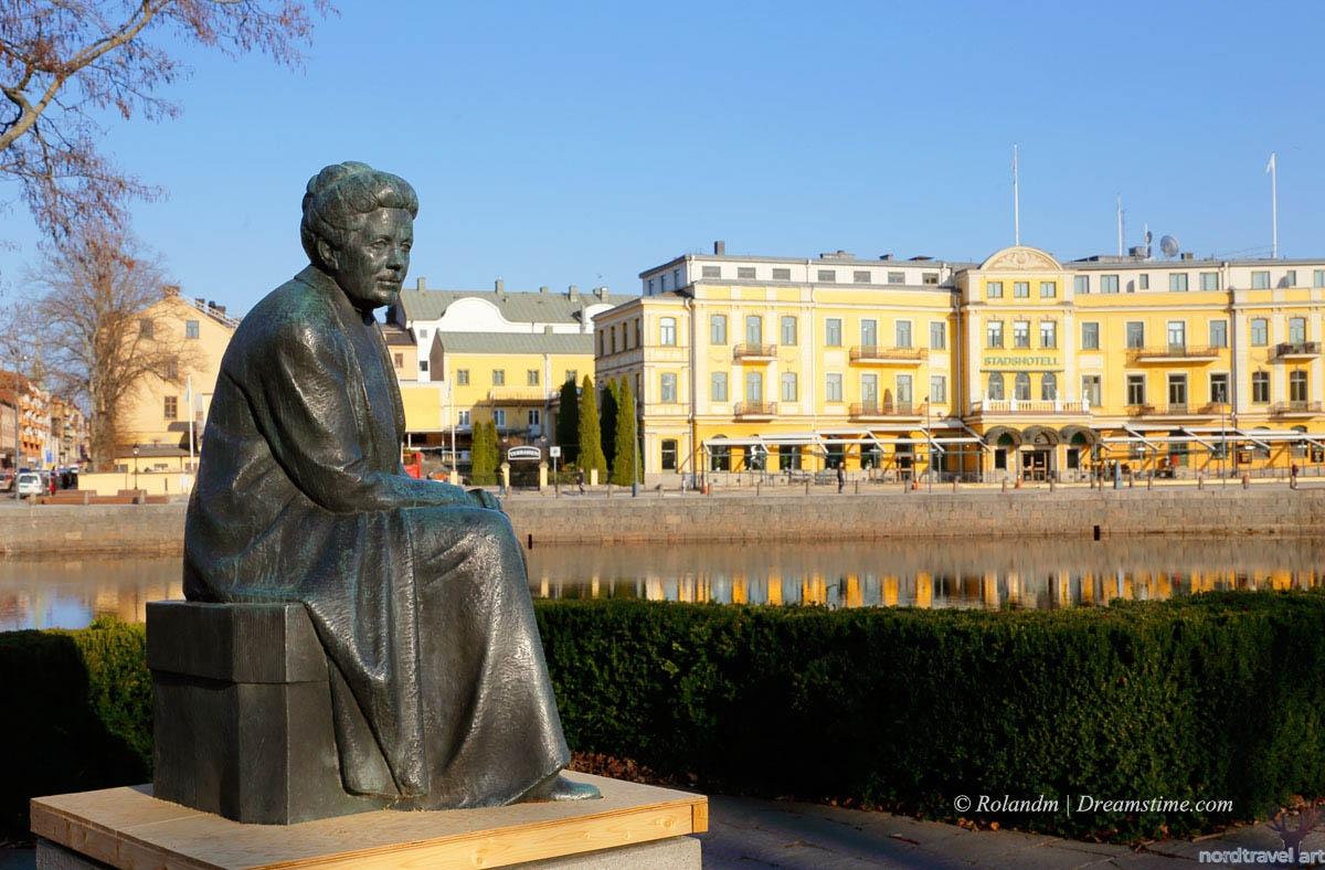 Памятник Сельме Лагерлёф в Карлстаде. Швеция.