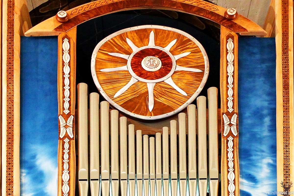 Музыка народов стран Севера. Фрагмент органа в самой старой церкви Лапландии Sami kyrka в Юккосъярви (Швеция). Фото: Nordic (nordtravel.art)