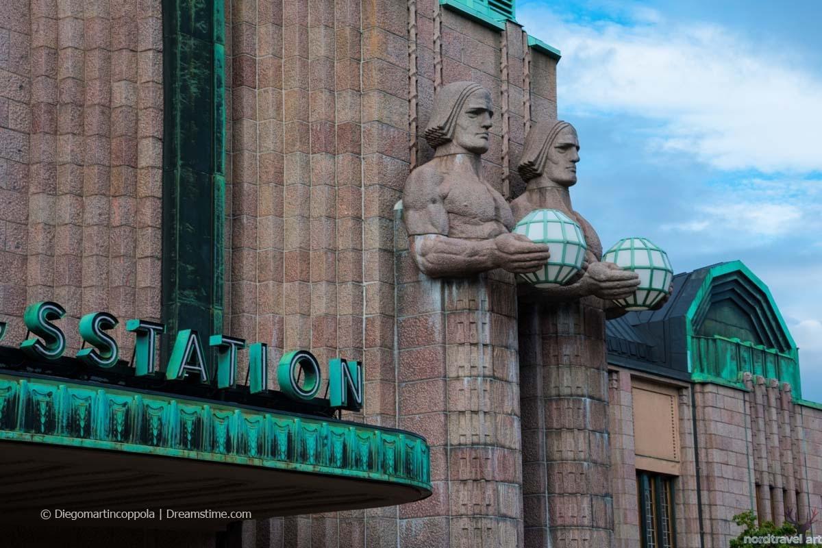 Гранитные скульптуры каменных гигантов, украшающие фасад Центрального железнодорожного вокзала. Хельсинки.